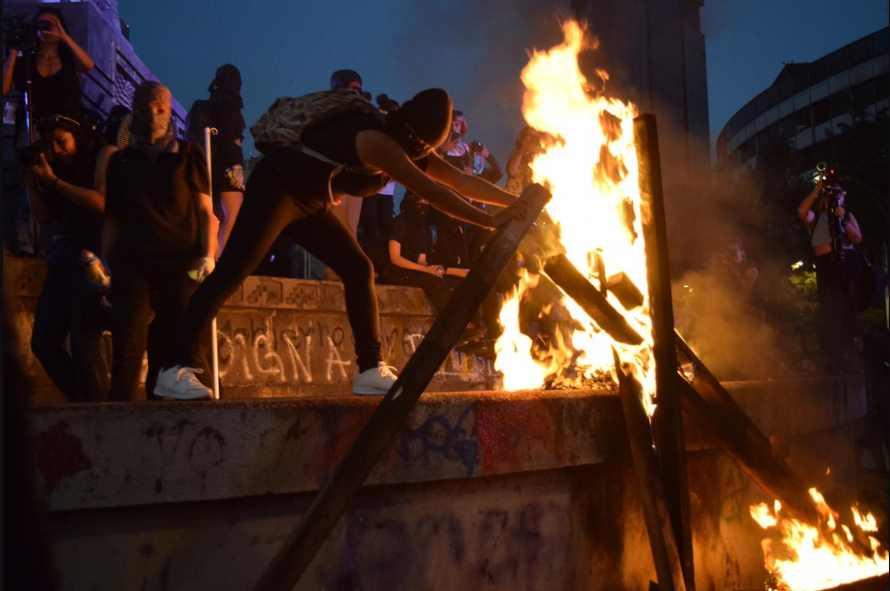 Manifestantes tumban valla del Monumento a Cuauhtémoc y prenden fuego |VIDEO