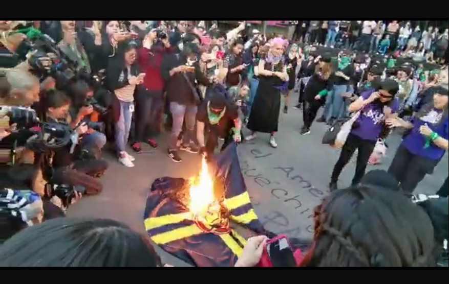 'Chingue su padre el América'; feministas protestan quemando la bandera   VIDEO