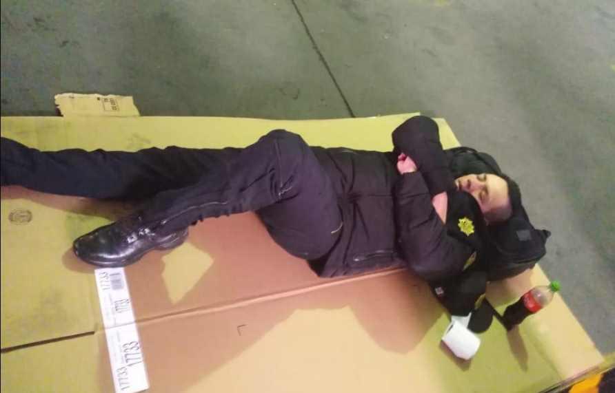 Captan a policías durmiendo dentro de cajas en estacionamiento