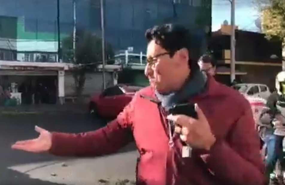 Reportero de Edomex se queda sin auto en plena transmisión | VIDEO