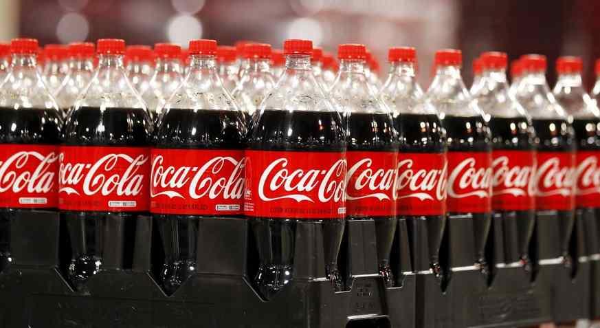 Coca Cola se niega a dejar de utilizar botellas de plástico; consumidores aún las quieren dice