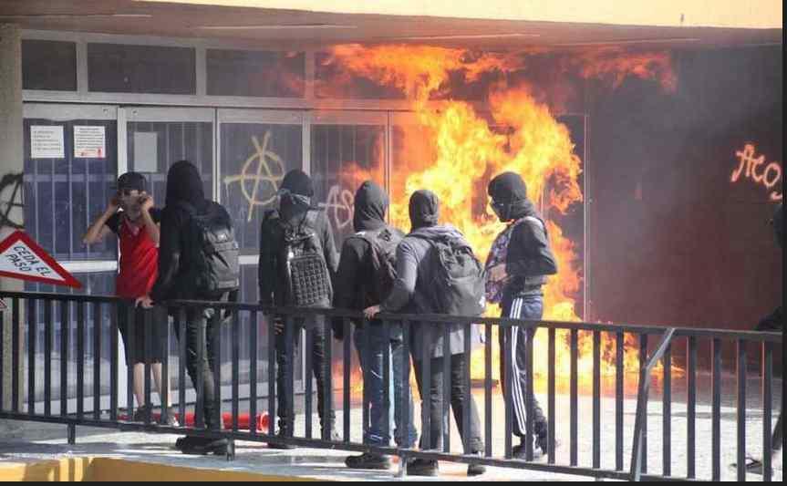 Encapuchados vandalizan Rectoría de la UNAM y queman bandera (video e imágenes)