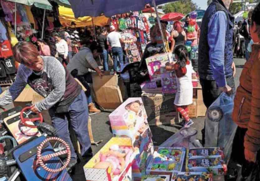 Sorprenden a 2 funcionarios de Iztacalco robando juguetes para niños de escasos recursos