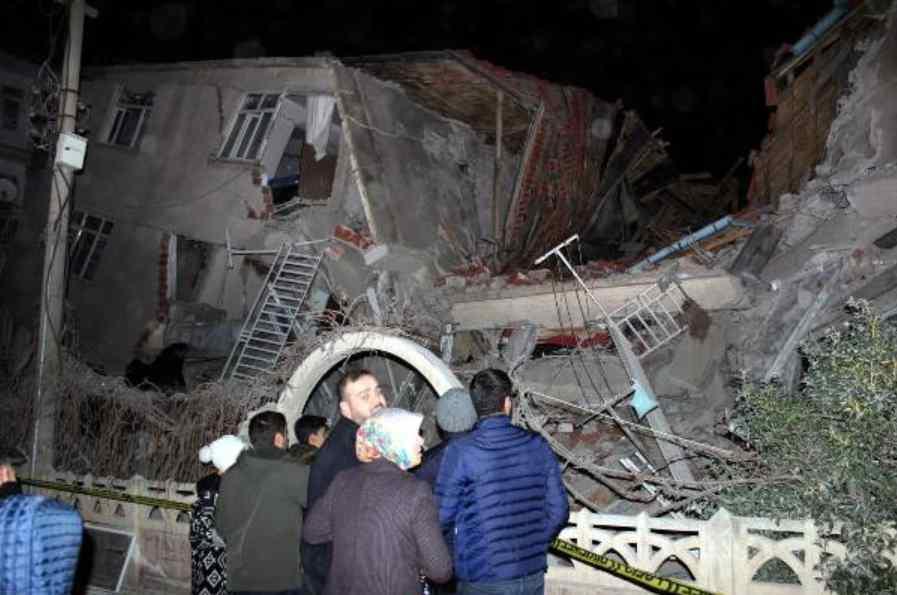 Terremoto de 6.5 sacude a Turquía; decenas de muertos y edificios colapsados (video)