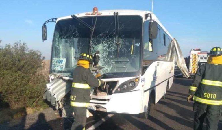 Barra metálica atraviesa autobús de trabajadores de Audi; hay varios heridos