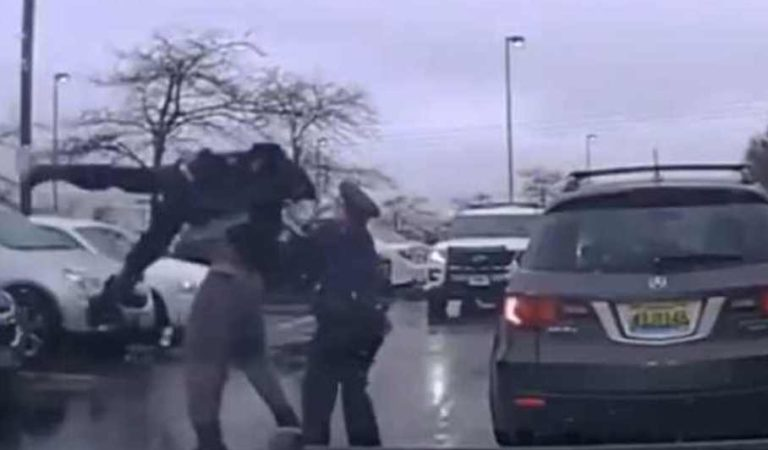 Momento en el que un jugador de fútbol americano levanta y arroja al suelo a un policía durante un enfrentamiento