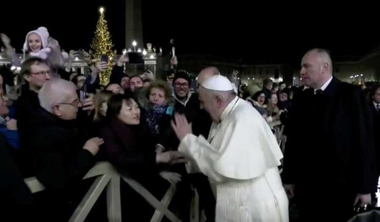 Papa Francisco se reune con la mujer a la que le dio manotazo   VIDEO