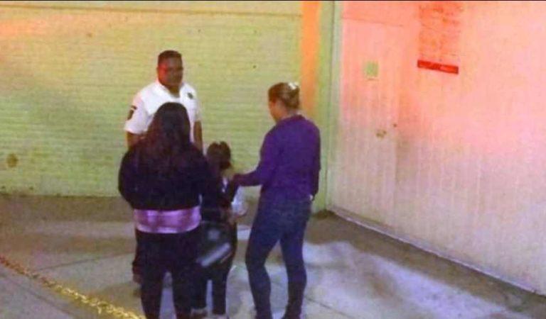 Policías acompañan a menor de edad que se quedó esperando a su mamá en escuela de Tlalnepantla