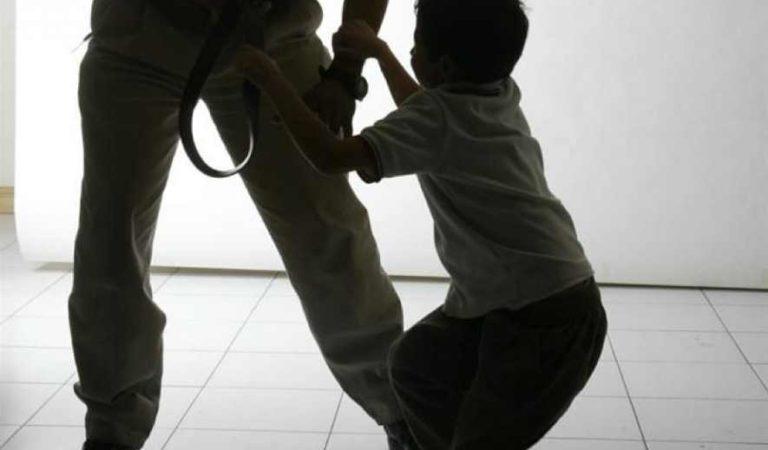 Policías de Nuevo León someten y golpean a niño con autismo