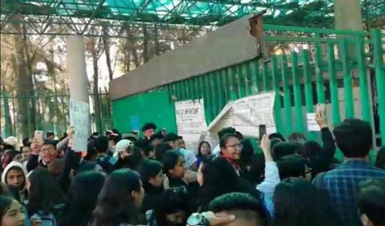 Protestan alumnos de Bachilleres 6 en Iztapalapa