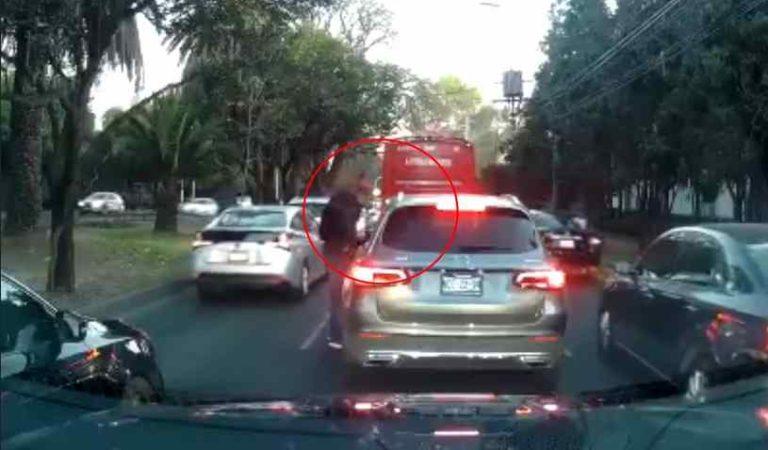 En segundos, así asaltan a automovilista en CDMX (video)