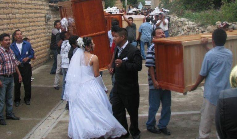 Boda en Oaxaca: regalan a el tanque, lavadora, ropero, colchón, etc… | VIDEO