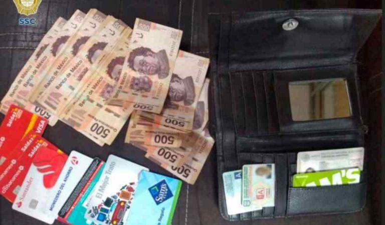 Policías dan muestra de honradez, devuelven cartera con 10 mil pesos