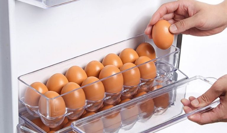 No debes guardar los huevos en la puerta del refrigerador; esta es la razón