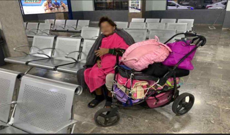 Exhiben a presunta estafadora abandonada por su hija; 'con diabetes, ceguera y sin comer'