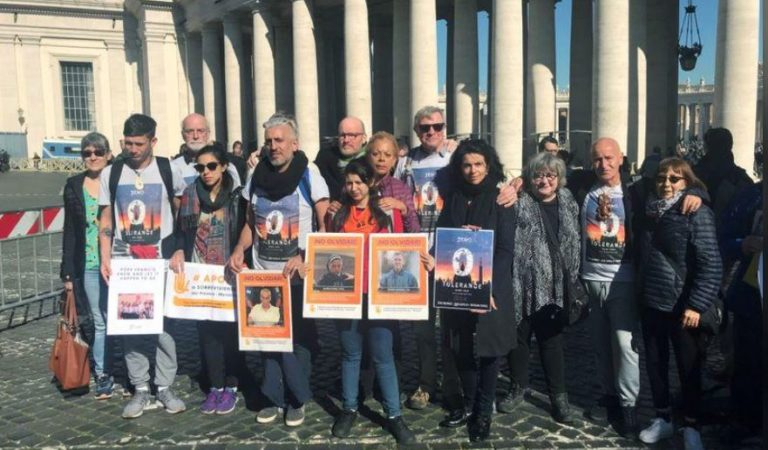 Personas sordas protestan en Vaticano; fueron abusados por sacerdotes cuando eran niños