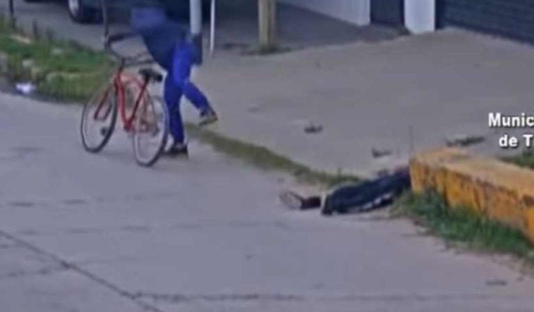 Se desmaya y pareja aprovecha para robarle la bicicleta | VIDEO