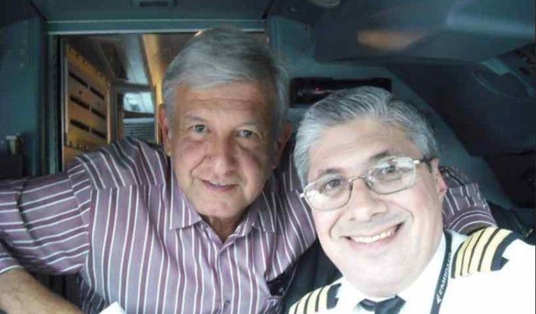 """Muy sonriente, piloto publica foto con AMLO; """"es un honor volar con Obrador"""" dice"""