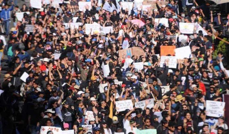 Marchan miles de estudiantes en Puebla para exigir seguridad