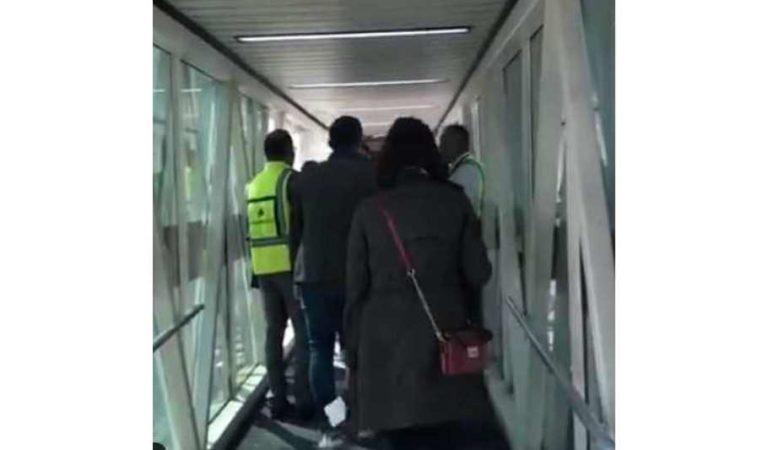 'No es seguro, nos da miedo'; pasajeros intentan abandonar avión donde viajaba AMLO | VIDEO