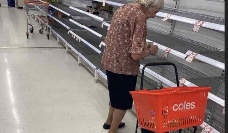 Foto de abuelita llorando en supermercado conmueve la red, estaba triste porque no alcanzó a comprar nada