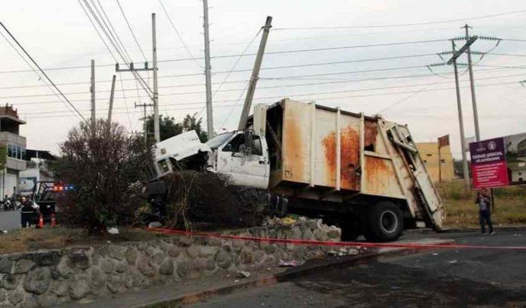 Reos intentan fugarse en camión de basura, metros adelante se estrellan y mueren 3