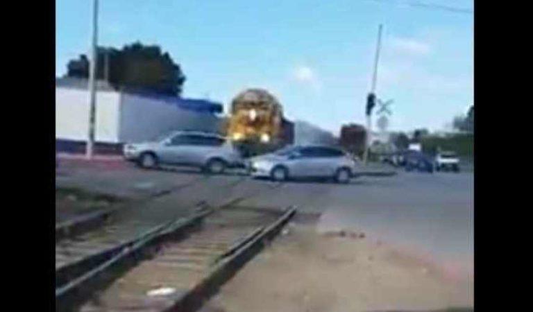'Por gente como esa hay accidentes señores'; exhiben a automovilistas que intentan ganarle al tren | VIDEO