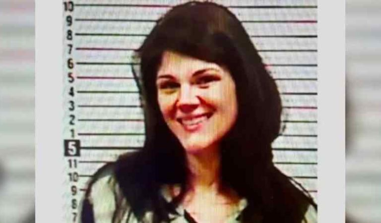 Joven sonríe para fotografía, al ser arrestada tras asesinar a sus abuelos