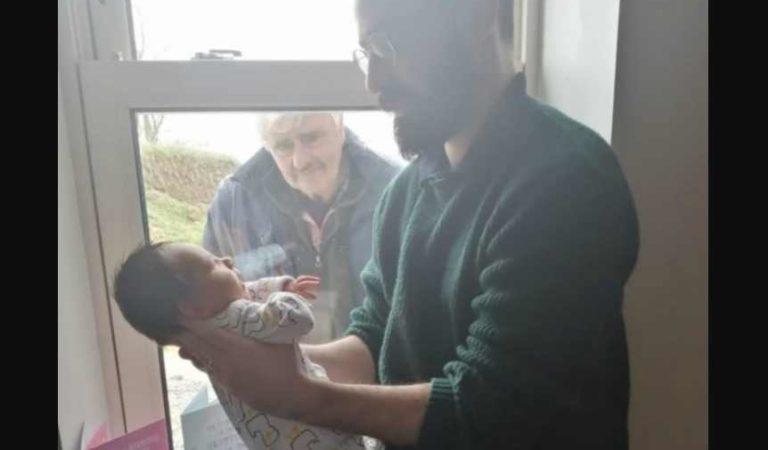 Abuelito conoce a su nieto a través de la ventana por COVID-19