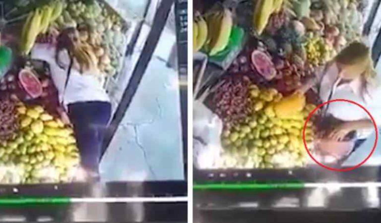 LadyCelular, exhiben a mujer que roba celular de empleado en mercado (video)