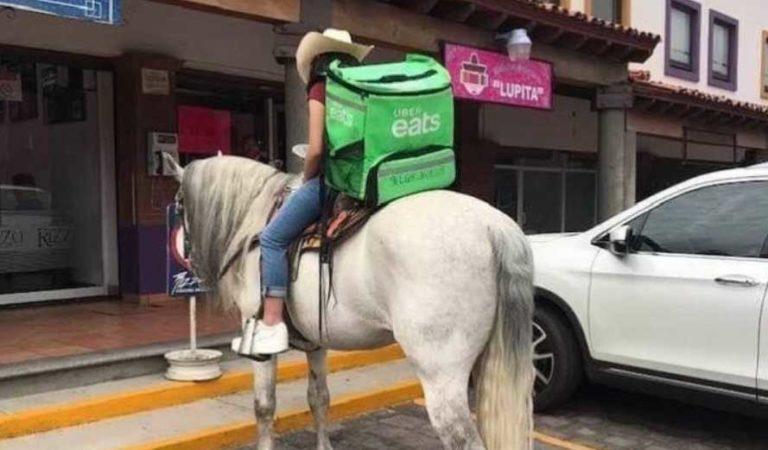 Repartidor de Uber Eats se viraliza tras entregar pedido montado sobre caballo