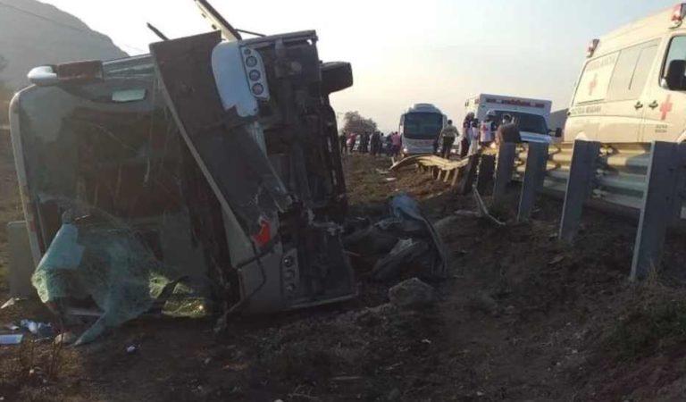 Volcadura de autobús deja al menos 20 heridos en Oaxaca