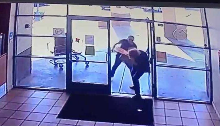 Sujeto golpea en la cabeza con tubo metálico a mujer para robarle su pizza (video)