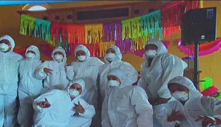 En Tlaxcala organizan 'coronafiesta' con trajes aislantes y pastel en forma de Covid-19