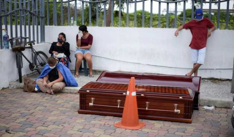 Covid-19: familia desesperada conserva cuerpo en su patio tras no recibir ayuda de autoridades
