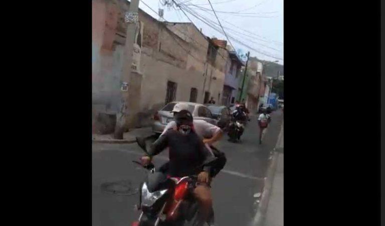 """""""Páralos de c#l0 con el cuete"""": dicen a policía que intenta taclear a asaltantes (video)"""