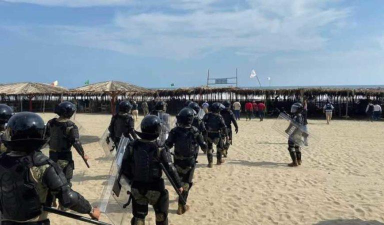 Marinos expulsan a decenas de turistas en playas de Acapulco