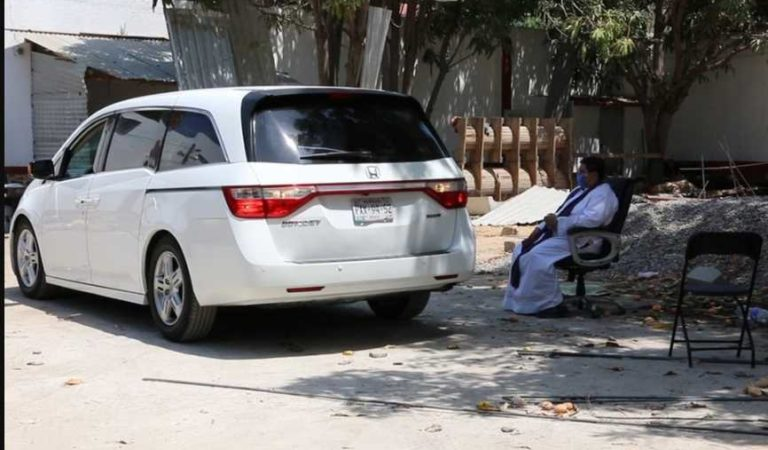 Por Covid-19, sacerdotes confiesan a feligreses desde su automóvil en Acapulco