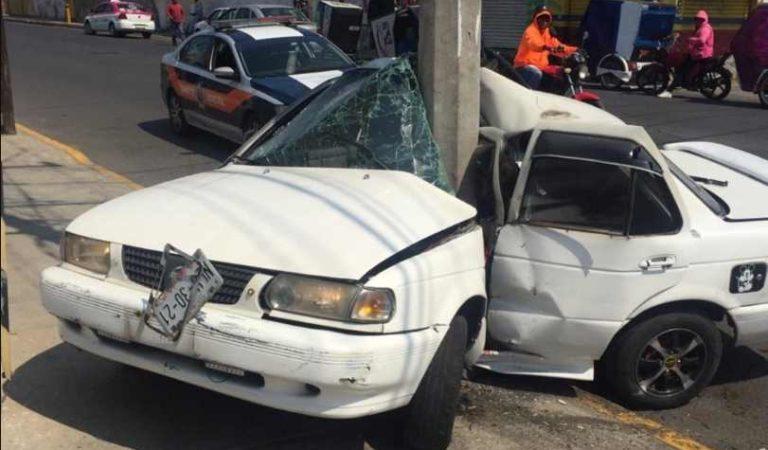 Auto queda partido a la mitad tras fuerte impacto contra un poste; muere conductor   VIDEO
