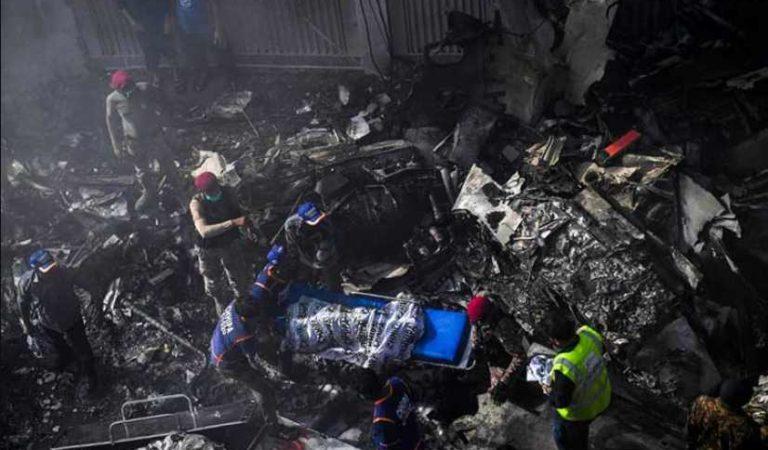 Avión con más de 100 personas se estrella en Karachi, Pakistán