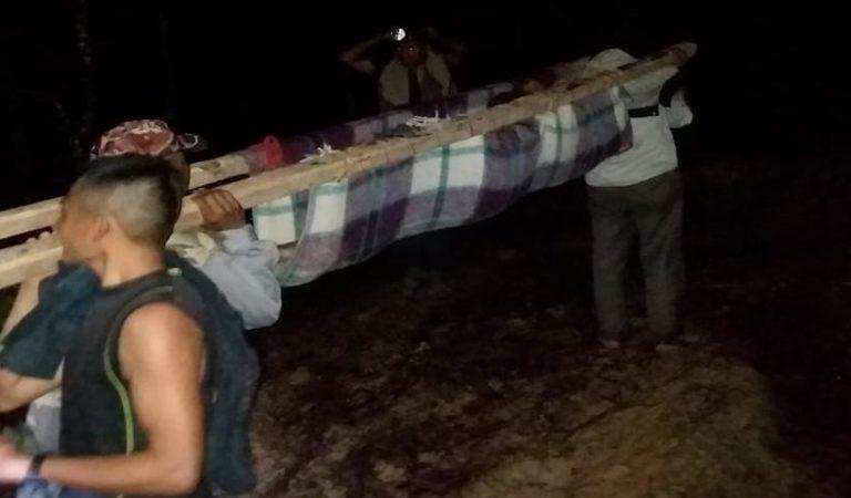Pobladores de Oaxaca caminan 13 Km cargando sus enfermos; piden apoyo de AMLO