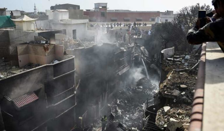 Captan momento del accidente de avión en zona habitacional de Pakistán | VIDEO