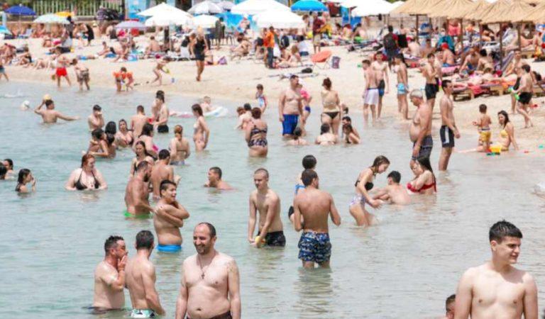 Miles de personas regresan a las playas en Grecia a su máxima capacidad