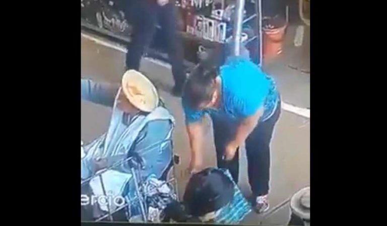 Mujer es detenida por robarle sus pertenencias a abuelita | VIDEO