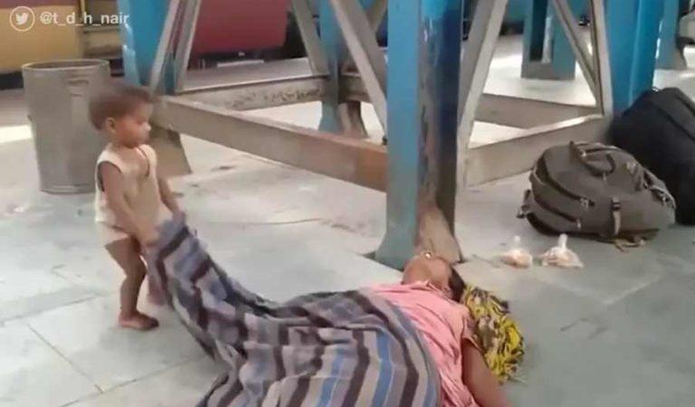 Niño intenta despertar a su mamá tras fallecimiento por posible falta de alimento en India
