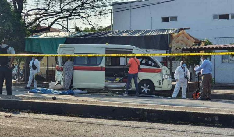 Tráiler sin frenos embiste a combi; 2 muertos y decenas de heridos