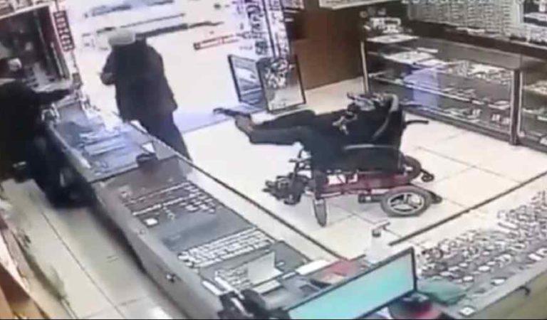 En silla de ruedas, sin brazos y con arma en los pies intenta asaltar joyería y se viraliza (video)