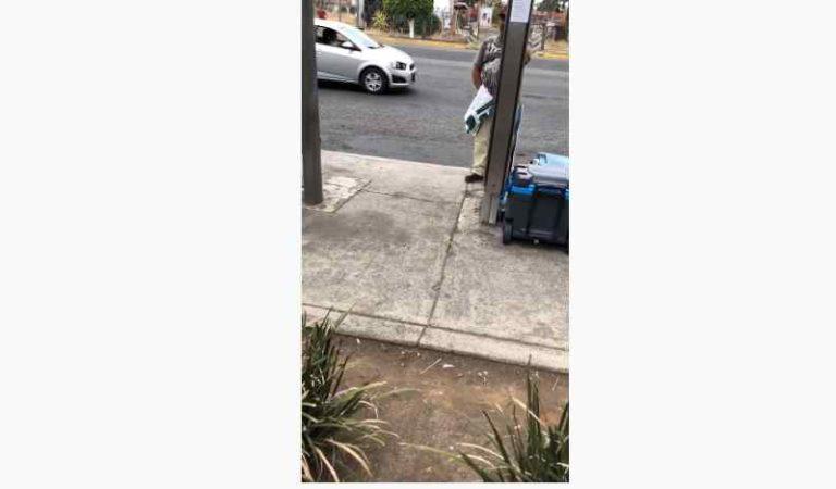Depravado se masturba frente a joven en parada de autobús (video)