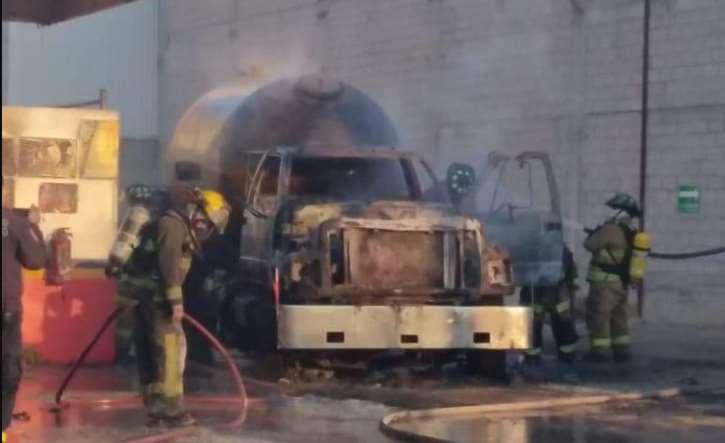 Fuerte explosión de pipa al interior de gasera en Coacalco