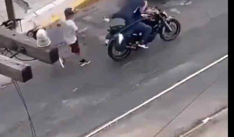Sujetos forcejean con mujer para despojarle sus pertenencias, al verse acorralados por vecinos huyen (video)